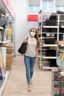 ショッピングでマスクを持つ肖像画の女性