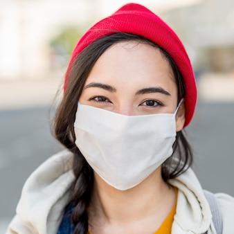 マスクを持つ肖像画の女性