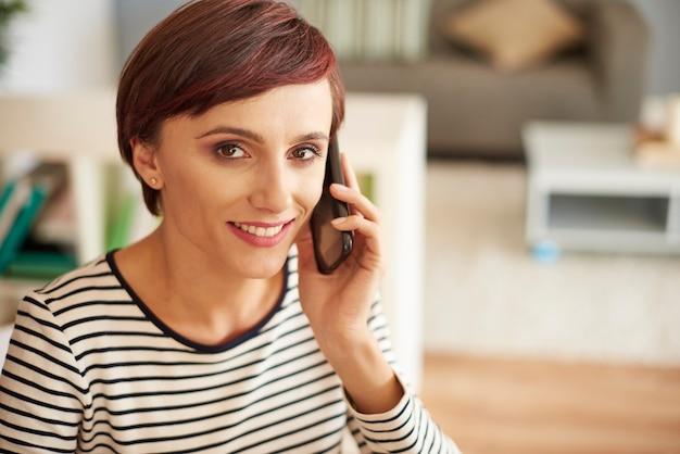Ritratto di donna con cellulare