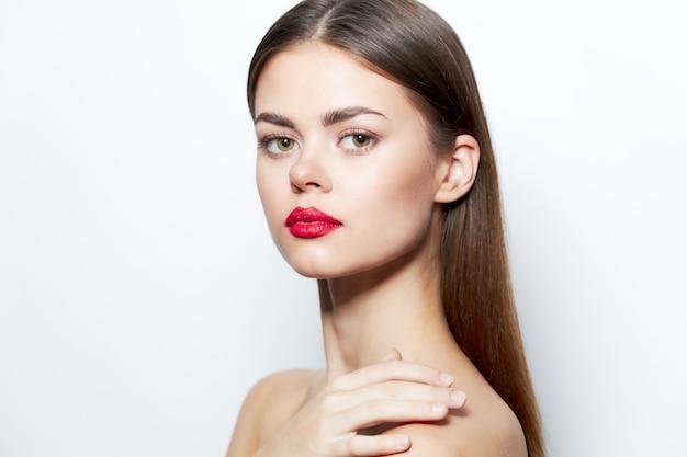 Портрет женщины с красными губами