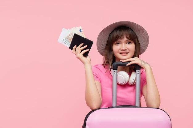 スーツケースを持つ肖像画の女性