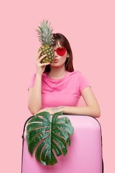Портрет женщины с чемоданом