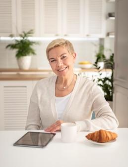 Портрет женщины с планшетом