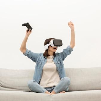 Портрет женщины с игрой гарнитуры виртуальной реальности Бесплатные Фотографии