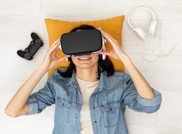 Портрет женщины с гарнитурой виртуальной реальности