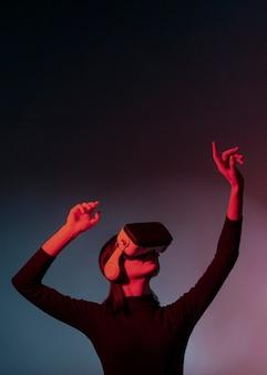 Donna del ritratto con la cuffia avricolare di realtà virtuale
