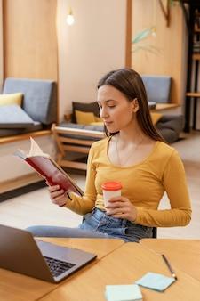 Портрет женщины, работающей на ноутбуке