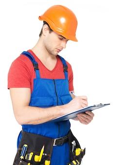 Ritratto di lavoratore con strumenti, pianificazione e scrittura della nota isolata su sfondo bianco