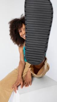 Ritratto di giovane ragazza adorabile in posa in un top carino
