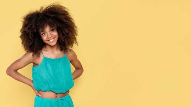 Ritratto di giovane ragazza adorabile con afro