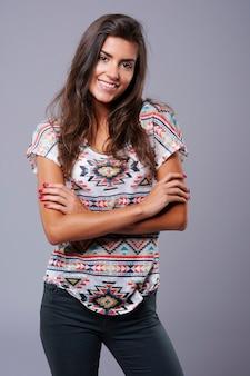 Ritratto di giovane donna adulta in studio