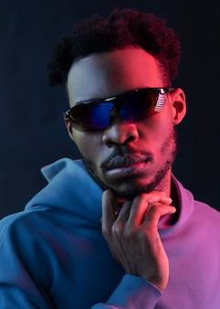 선글라스를 쓰고 세로 젊은 아프리카 계 미국인 남자