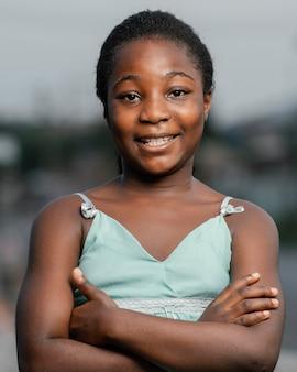 腕を組んで肖像画の若いアフリカの女の子