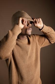 目を覆うキャップを持つ肖像画の若いアフリカ人