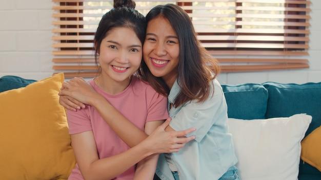 세로 젊은 아시아 레즈비언 lgbtq 여성 커플 집에서 웃 고 행복 한 느낌.