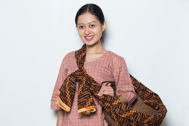 白い背景の上の肖像画の若いアジアの女性農夫