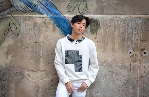 Портрет молодой азиатский мужчина позировал открытый