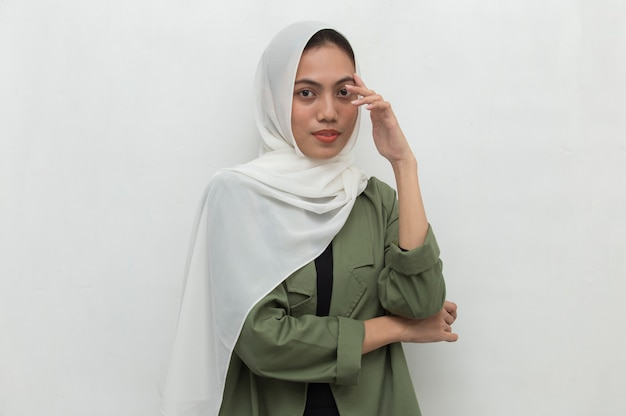 Portrait of a young asian muslim woman thinks Premium Photo