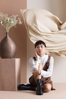 Ritratto di giovane donna asiatica in abiti autunnali
