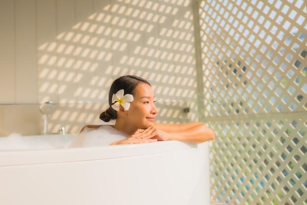 若いアジアの女性の肖像画リラックスバスタブでお風呂に入る