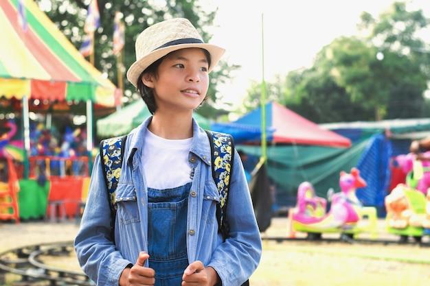 Портрет молодой азиатский путешественник, концепция путешествия