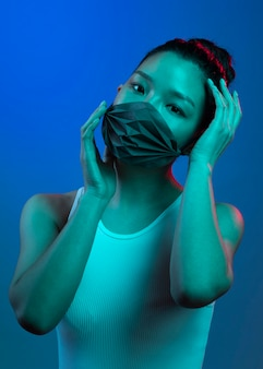 마스크를 쓰고 세로 젊은 아시아 여자