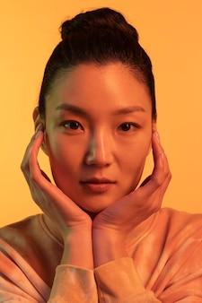 Ritratto giovane donna asiatica