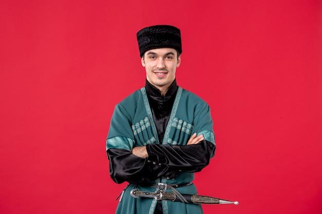 Ritratto di giovane uomo azero in costume tradizionale su red