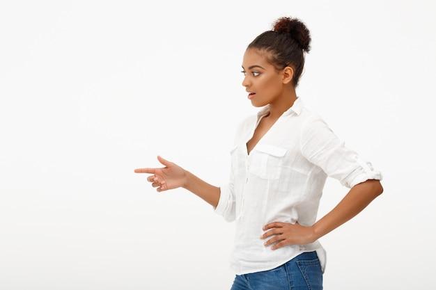 Ritratto di giovane bella ragazza africana sul muro bianco