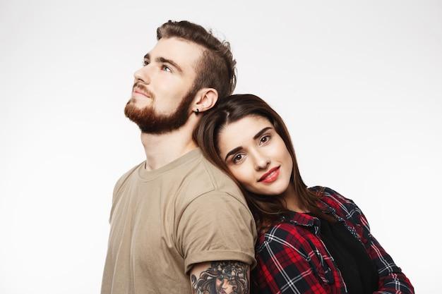 Ritratto di giovane bella coppia. spalla da uomo pendente da donna.