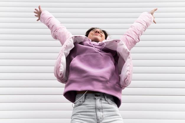 세로 젊은 아름 다운 여성 점프