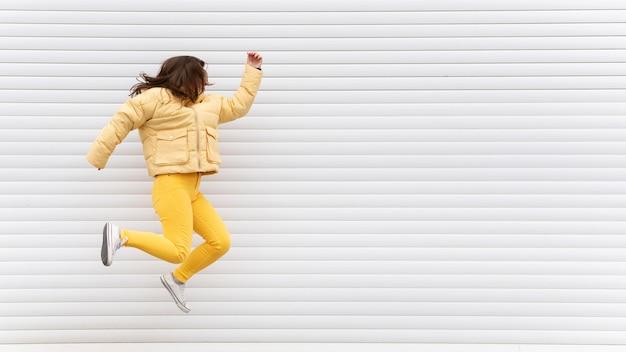 Портрет молодой красивой девушки прыгает