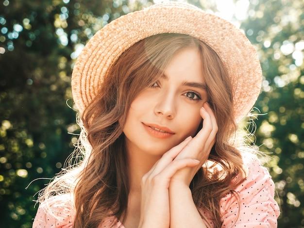 Ritratto di giovane bella ragazza hipster in prendisole estive alla moda