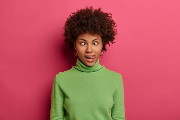 Ritratto di giovane e bella donna che gesticola Foto Gratuite