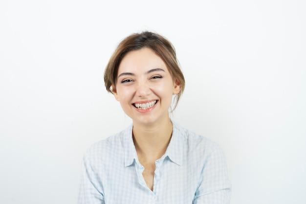 Ritratto di una giovane bella donna in piedi e sorridente