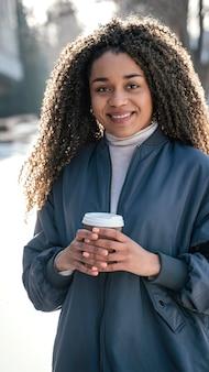 커피 한잔과 함께 세로 젊은 아름 다운 여자