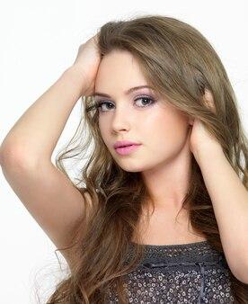 Ritratto di giovane donna bellissima con bel viso - spazio bianco. look sensuale.