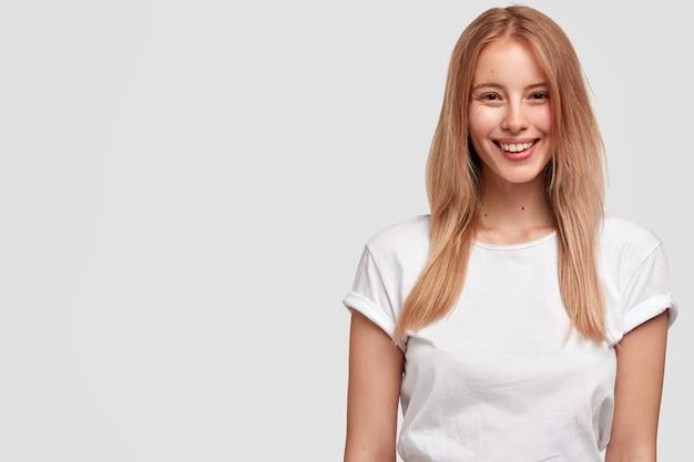 Ritratto di giovane donna bionda in maglietta bianca