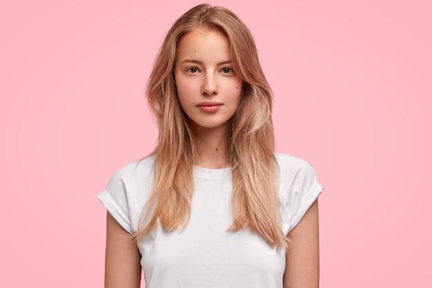 Ritratto di giovane donna bionda