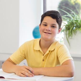 学校で若い男の子の肖像画
