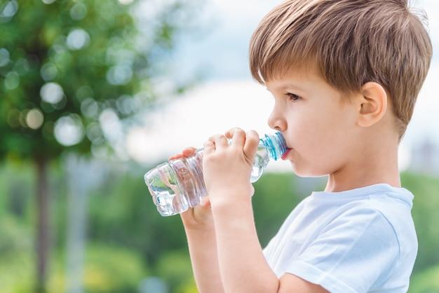 肖像画の少年飲料水