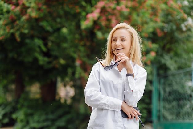 Ritratto di una giovane donna d'affari sorridente bionda