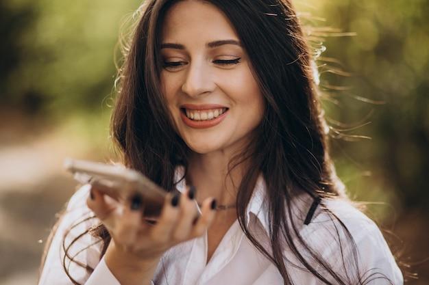 Ritratto di una giovane donna d'affari utilizzando il telefono