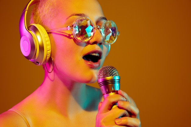 Ritratto di giovane donna caucasica in occhiali alla moda