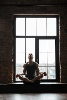 Ritratto di un giovane sportivo concentrato meditando