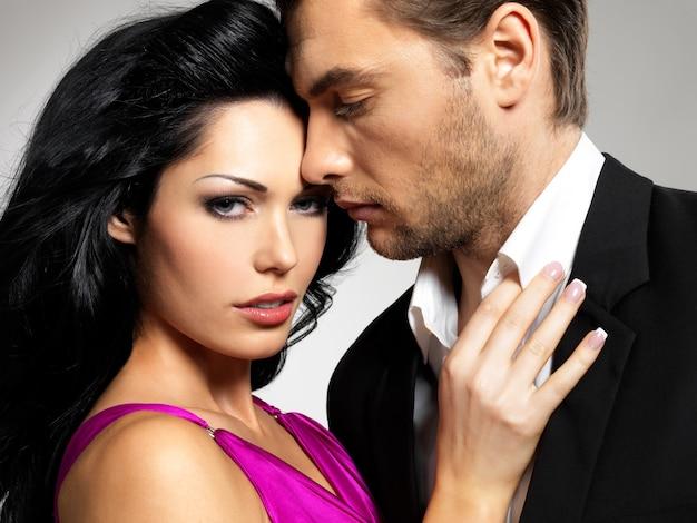 Ritratto di giovane coppia innamorata in posa vestita in abiti classici