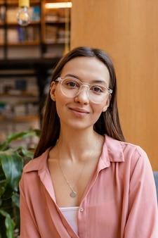 肖像画の若い起業家の女性