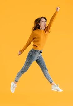Портрет молодой девушки прыгает