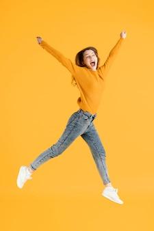 Salto femminile giovane del ritratto