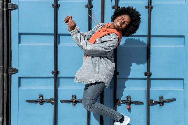 肖像画の若い女性のジャンプ